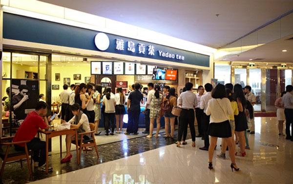 一直以来,人们对现做饮品行业的形象都停留在店铺面积小、形式单一、周转灵活、成本低上,创新空间极小。雅岛贡茶在店面形态上提供了多种形态、窗口店、小型坐店店铺以及中型坐店店铺,店铺形态的多样化给了消费者更多的选择。同时在空间的打造上,雅岛贡茶邀请国际空间设计大师把关,从消费者心理学、视觉等多重因素考虑,设计店内的每一个细节。>>>如果您对此项目感兴趣请加官方客服 QQ:3157044612 微信 xcycy88 或爆拨打招商电话 15311727178 品牌方将给与更多的优惠!!!  雅岛贡