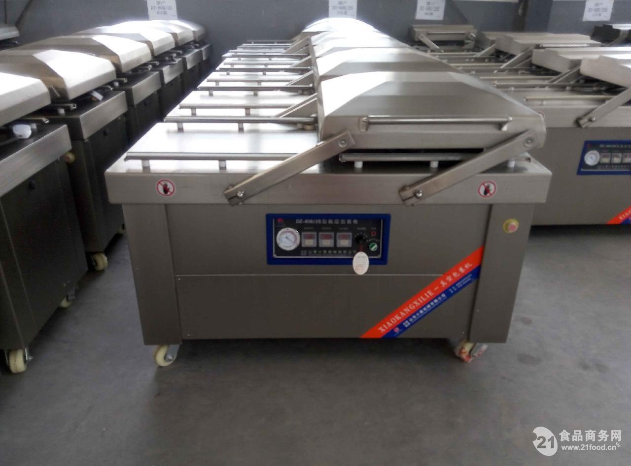 DZ-700/2S双室真空包装机真空室比较大,物料放置处采用下凹型结构,标准下凹8cm(也可根据客户定做),适用于较多液体和较大包装物。最大封口线长度为700mm,全不锈钢材质,真空室为超厚304不锈钢板,厚度达到了4mm,长期使用不变形、不漏气,包装后的产品可以有效地起到保鲜、保质、防潮、防霉、防锈、防污染、防氧化及真空灭菌的作用,从而延长保存期。