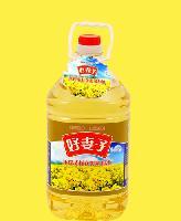 好妻子压榨菜籽食用油